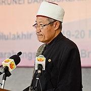 Mufti Kerajaan Yang Berhormat Pehin Datu Seri Maharaja Dato Paduka Seri Setia Dr Ustaz Awang Haji Abdul Aziz bin Juned semasa menyampaikan Ceramah Perdana Khas di majlis pelancaran Seminar Kebangsaan Memperkasa Budaya Membaca 2012.