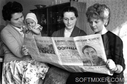 Жены космонавтов Попович М., Гагарина В. и Быковская В. читают газету, 1963г.