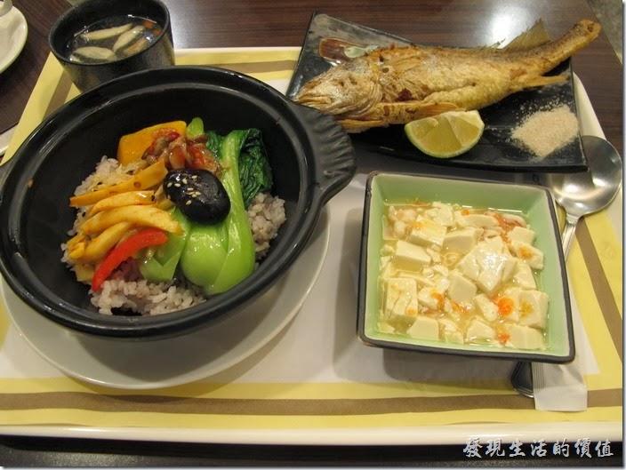 台南-碧蘿春炭索餐坊。煎黃魚套餐,NT320 。這套餐的份量有點多,看來是準備給附近成大食量比較大的學生,配菜的豆腐旁邊還藏了好幾隻的蝦子,還有枸杞湯,養生百分百,給它按個讚!