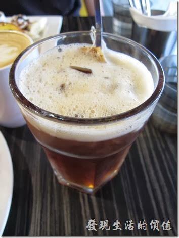 台南成功店-鯊魚咬土司。英式風味冰紅茶,NT$70。紅茶其實蠻大一杯,味道也不錯,不過裡頭卻放了兩包紅茶包,大概是想告訴消費者,他門家用的是不錯的紅茶包。