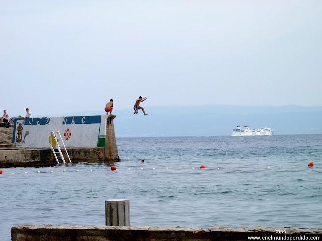 chicos-saltando-al-mar.JPG