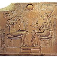 24.- Faraón Akhenatón y su familia