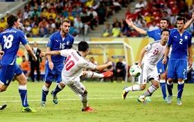 Shinji Kagawa acerta belo chute para marcar o segundo gol do Japão na partida (Foto: Reuters)