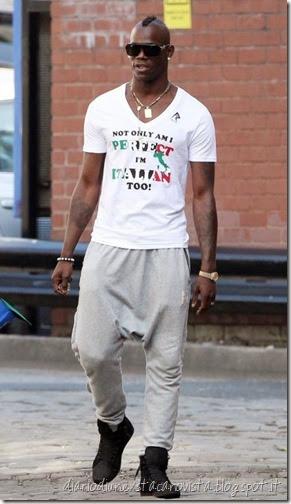 uomo con pantaloni della tuta