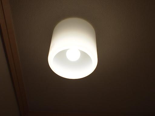 [写真]LED電球をつけたところ