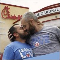 Casal participa de protesto contra a rede Chick-fil-A em Hollywood, na California, que é contrária ao casamento de pessoas do mesmo sexo