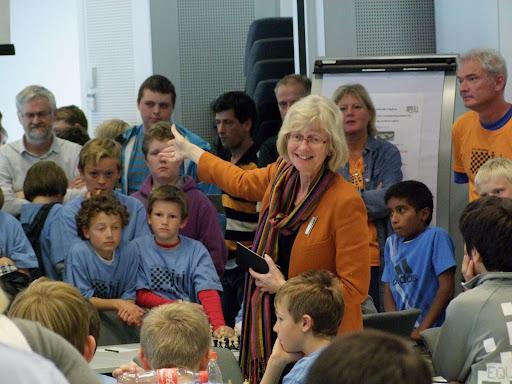 Reprise! Er det mulig? Åpningen av NM. Varaordfører og nestleder i KrF, Bjørg T. Moe har nettop sikret seg 4 nye år som partiets fremste politiker i Stavanger. Som alltid fengsler hun tilhørerne! Det er urettferdig at pressen stadig spør hva hun bruker tiden som varaordfører til. Bare spør sjakkspillerne! (Se fra åpningen i 2009: https://picasaweb.google.com/lh/photo/6lJiDQPZgyYL_F1RVZmKjg?feat=directlink)