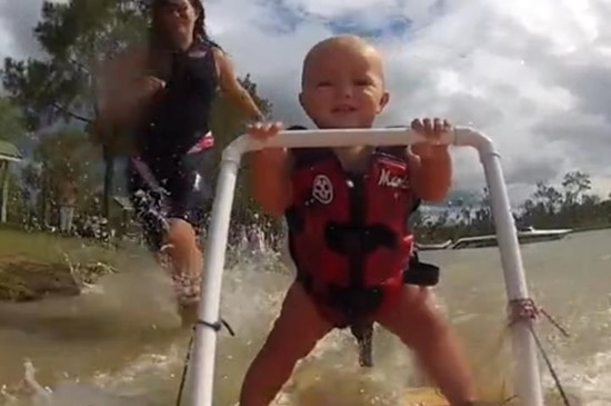 bebê esquiando