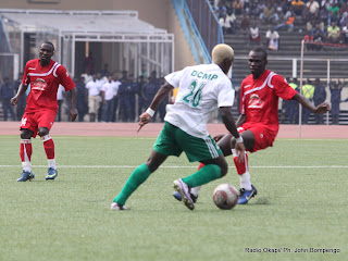 – DCMP(RDC) en vert blanc contre Simba(Tanzanie) en rouge ce 19/06/2011 au stade des martys à Kinshasa, score DCMP-Simba: 2-0. Radio Okapi/ Ph. John Bompengo