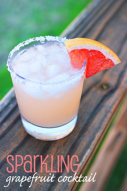 Sparkling Grapefruit Cocktail – Sip on a little summer with a sparkling, citrusy grapefruit cocktail! | thecomfortofcooking.com