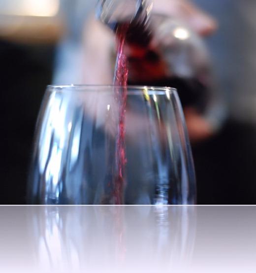 vinho_servindo_vinhoedelicias