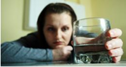mulher e o alcool - Mulheres ficam embriagadas com doses mais baixas de álcool e progridem mais rapidamente para o alcoolismo crônico