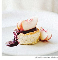 ginger_cakes_with_white_peaches_and_blackberry_coulis