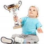 Retrato de um garotinho segurando uma taça de vencedor (orgulho, felicidade, vitória, precoce) [Viorel Sima em www.123RF.com]