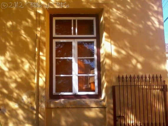 A janela da casa amarela