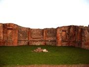 Larario Público en el Foro de Pompeii. Todo indica que fue construido después del terremoto del 62 y que se consagró a los dioses protectores de Pompeii. El edificio esta recargado de hornacinas y columnas adosadas a la pared. En el centro del área se halla el altar donde se realizaban los sacrificios.