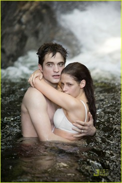 robert-pattinson-kristen-stewart-breaking-dawn-stills-04