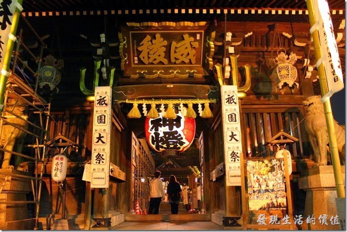 日本北九州-祇園【櫛田神社】的正門口有「威稜」兩個大字匾額與「御神燈」,古典的木頭建築,可見有一定的歷史。