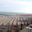La facciata anteriore e la spiaggia antistante