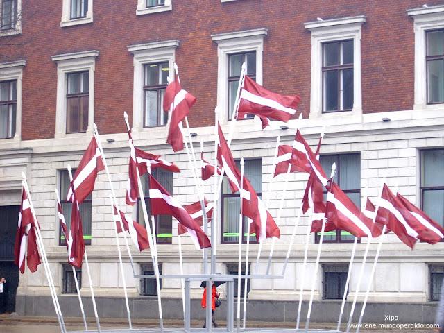 monumento-banderas-riga.JPG