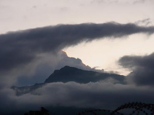 雲が山を飲み込むかのようです。