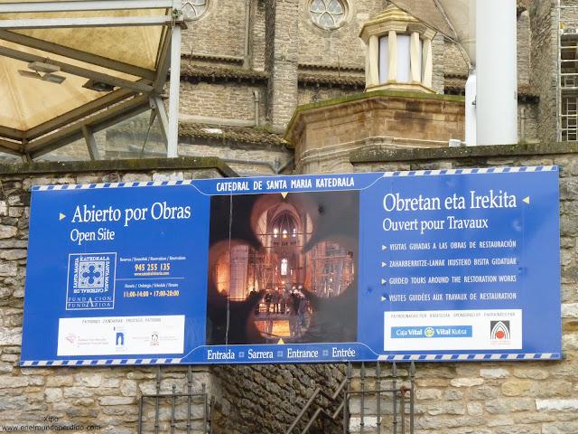 cartel-abierto-por-obras-catedral-de-vitoria.JPG