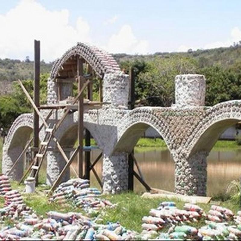 Construcción ecológica de casa con botellas plásticas recicladas