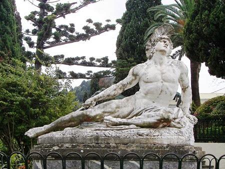 Morir de Aquiles (Achilleas thniskon) en los jardines de la Achilleion. Nota mirada de Aquiles hacia el cielo como si fuera a buscar ayuda de Olympus  su madre Tetis era una diosa