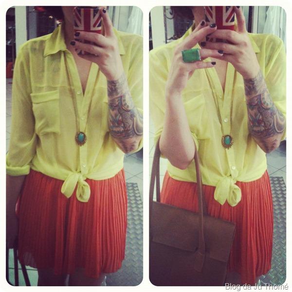 look detalhes camisa neon e saia laranja plissada