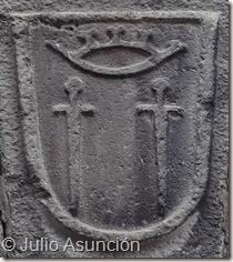 Escudo de Aoiz en la fachada de una de las viviendas de la localidad