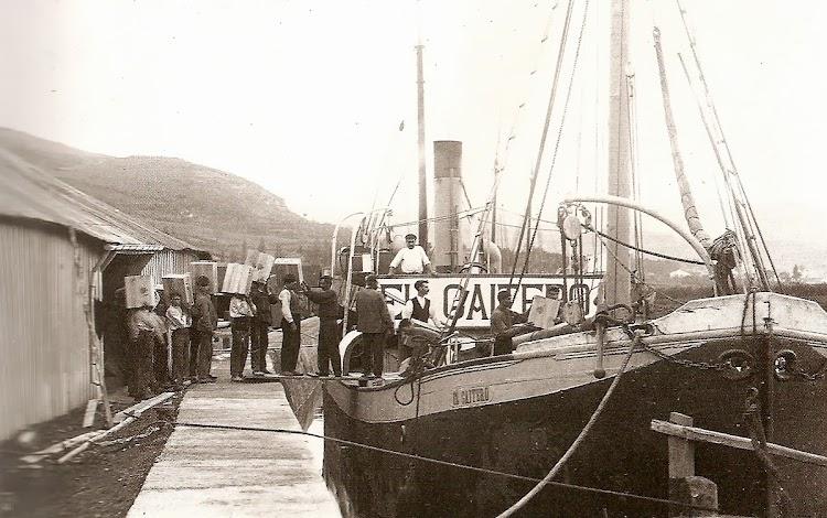 Imagen tomada en 1920 por Arturo del Fresno. En ella podemos ver a un grupo de trabajadores embarcando cajas en el muelle de La Espuncia al vapor EL GAITERO. Foto de la web Biblioteca Digital Maliaya.jpg