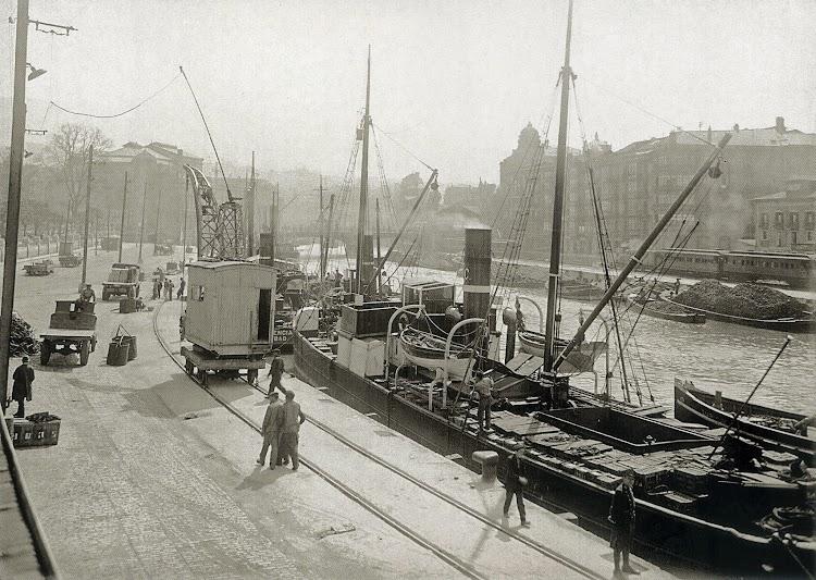 El MAGDALENA en las labores de carga en el muelle de la Sendeja. Bilbao. Foto del libro Puerto de Bilbao. Una Memoria Visual.jpg