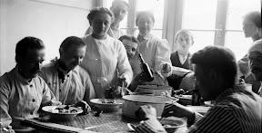 Patienten und Krankenschwestern in einem Lazarett während des Ersten Weltkrieges, Scan vom Glasnegativ, ca. 1914 - 1918
