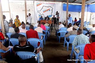 En arrière plan, le secrétaire général de l'UDPS, Jacquemin Shabani et ses collaborateurs ce 21/07/2011 à Kinshasa, lors d'une conférence de presse. Radio Okapi/ Ph. John Bompengo