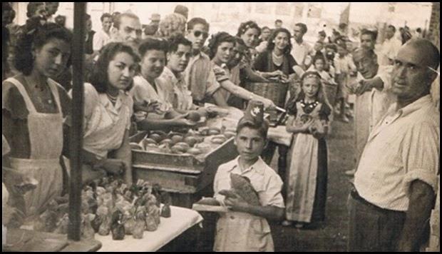 Reparto de panquemados y bocadillos. Foto Raga. Ca. 1950