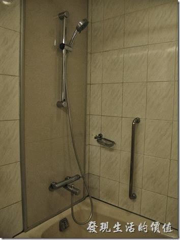 台北凱薩大飯店。浴室內的淋浴,沒有乾濕分離的設施,只能用浴缸淋浴,要避免小心滑倒。