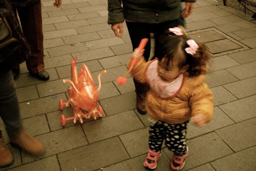 Shanghai Fête des Lanternes 2012 - Enfant tirant lanterne dragon