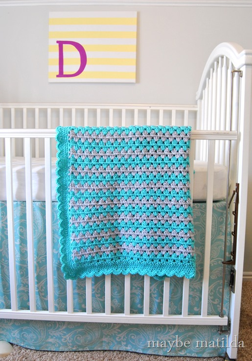 Pattern and photo step-by-step tutorial to make this cute crochet granny stripe blanket!