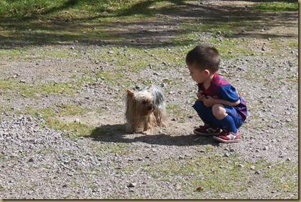 Vår nevø Eirik fikk en prat med Huldra, men vi hørte ikke hva de pratet om...