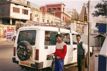 Tata Sumo spre Varanasi.jpg