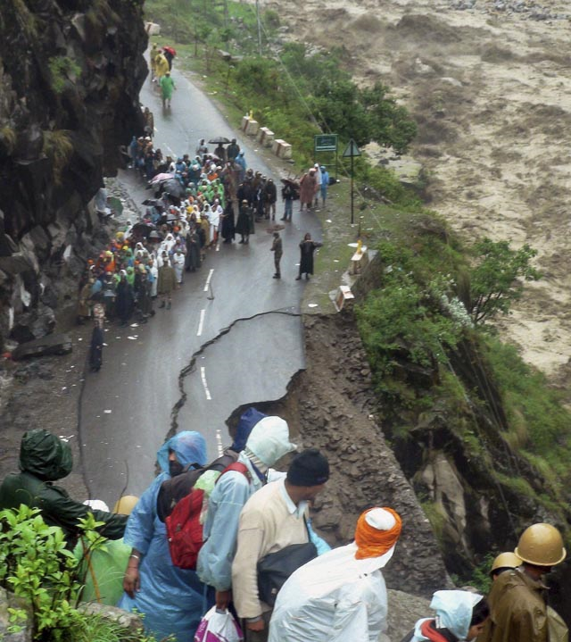 Indo-Tibetan Border Police (ITBP) arrive to rescue stranded Sikh devotees from Hemkunt Sahib Gurudwara, a religious Sikh temple, to a safe place in Chamoli district, in northern Indian state of Uttarakhand, India, Monday, 17 June 2013. Photo: AP