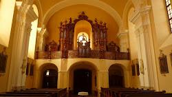 Sochařskou výzdobu tvoří štukové figury archanděla Michaela a andílci od V. Böhma. Na oltáři sv. Jana Nepomuckého je hlavní obraz světce před královským soudem, v predele kasulový obraz sv. Františka z Pauly, štuková plastika archanděla Rafaela a andílci. V. Böhm je také autorem štukové složky oltářů v kapli Bolestné P. Marie (sousoší Piety, Kladení do hrobu), přízemní kazatelny a křtitelnice se sousoším Kristova křtu. Varhany zhotovil r. 1757 Ignác Florián Kasparides. Skříň zdobí polosochy sv. Cecilie, krále Davida a andílků hrajících na citeru, flétnu a housle. Volně umístěny jsou sochy sv. Cyrila, Metoděje, Václava a Anežky České od Heřmana Kotrby z r. 1955. Obrazový soubor křížové cesty pochází údajně z r. 1770, závěsný obraz Madony s dítětem z 1. pol. 18. stol. v bohatém akantovém rámu, barokní portrét místního faráře a donátora kostela Václava Jindřicha Freunda (v Kdousově 1705 - 1735). K jednotnému vybavení patří také lavice s rokajovou a rozvilinovou řezbou a kredenční skříň v sakristii s drobným sousoším Malé Kalvárie a s obrazy sv. Petra a Rozálie na bocích.