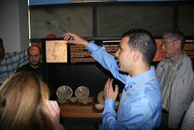 Viendo ceramica andalusí de Balansiya en el Interior del Centro Arqueológico de L'Almoina. Valencia (España).