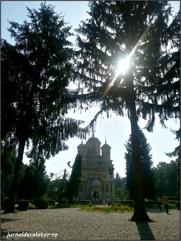 Manastirea Curtea de Arges - priveliste din fata.jpg