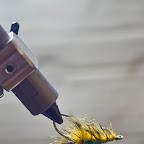 Wykorzystując funkcję rotary naszego imadełka obracamy muchę tak, aby żywica spływała w sposób kontrolowany i formujemy zgrabny pancerzyk.