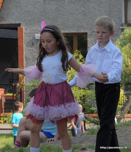 Pawełek z Julą na pokazie tanecznym podczas pikniku w przedszkolu