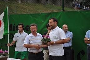 Franco Delbarba sponsor Gamma Diesel riceve i ciclamini simbolo di Bovegno
