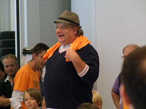 Mann for sin hatt! Leder for USF og hoveddommer Espen Andersen. Ute av syne og under beltestedet: turneringens friskeste benklær.