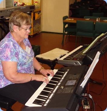 Barbara McNab playing the Yamaha PSR-950 at the Raglan Club Happy Hour.
