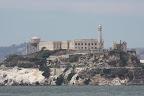 Alcatraz, pas très loin de la cote mais il parait que les courants de la baie et les requins compensent la courte distance. En tous cas ça ne suffit pas a empêcher des milliards de touristes d'y aller, en partance du Fisherman's Wharf, LE quartier a touristes en carton qui sent bon la friture et le T-Shirt souvenir (a éviter).